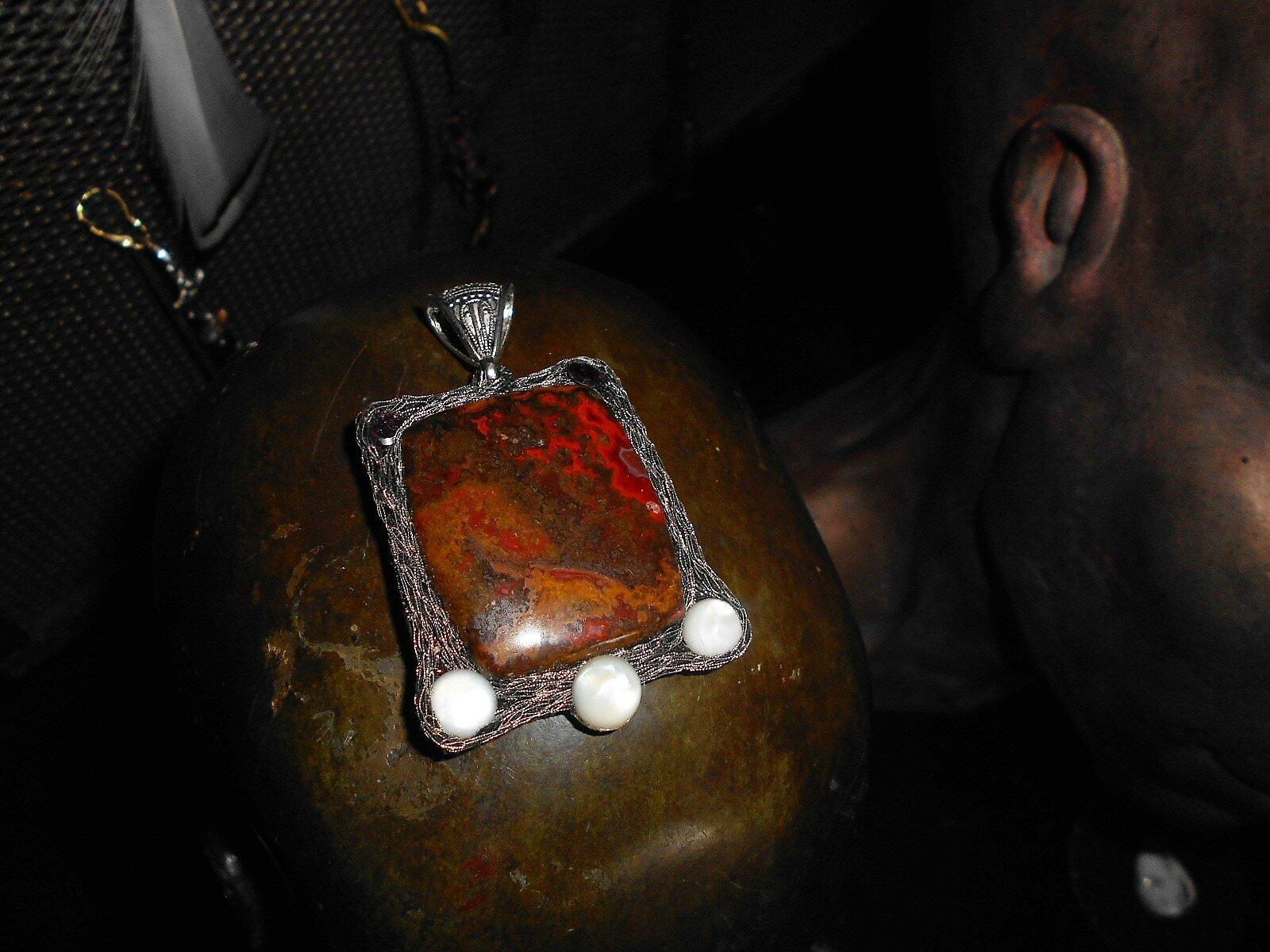 Blason abstrait composé de jaspe marocain et de nacre...