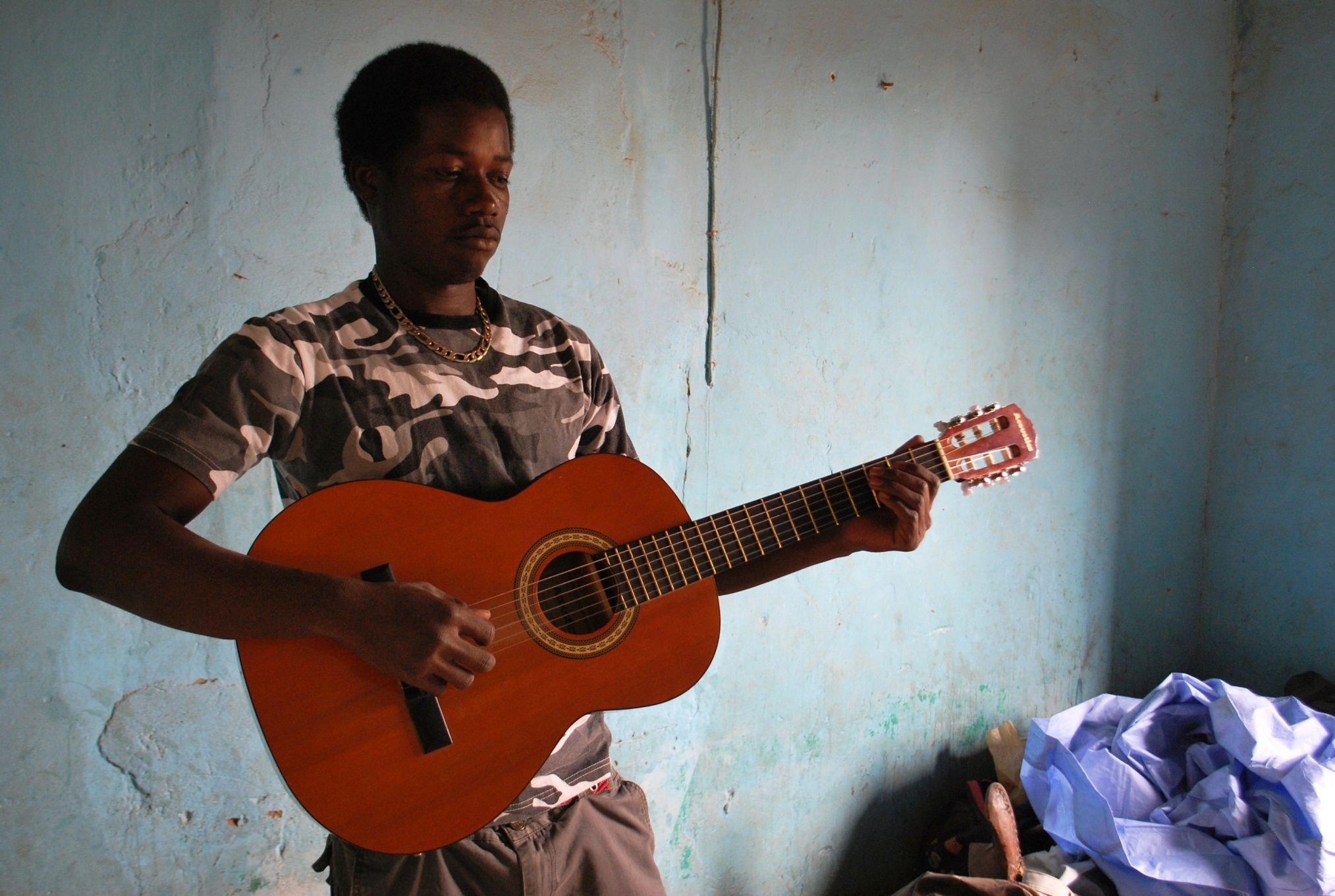 Hill BA à la guitare - Kanel