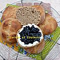 Petit pain brioché à la <b>châtaigne</b>, fromage de chèvre et myrtilles, mon goûter pour petit écolier ardéchois