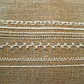 Perles et broderie blanches sur lin