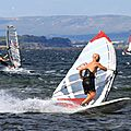 Windsurfeurs à la manoeuvre sur l'étang de thau le 25 juillet