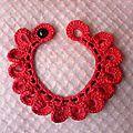 Collier rose et noir au crochet.