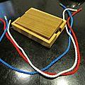 3 ficelles avec un noeud sur chacune ont les noeuds qui se defont quand la boite est fermee