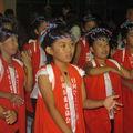 Petits enfants dansant des danses traditionnelles