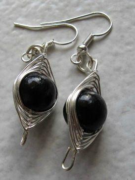 boucles d'oreilles wire et perles noires 1 cm
