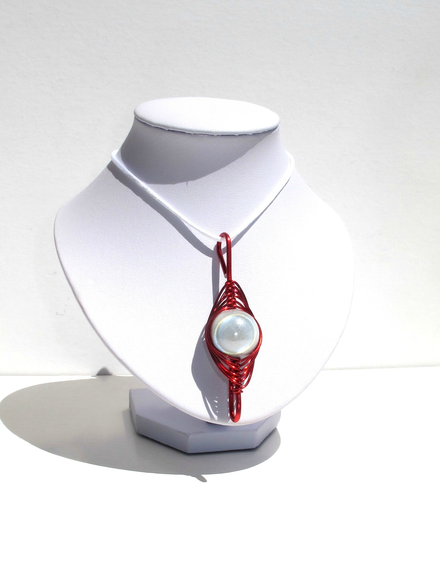 pendentif wire rouge perle blanche buste blanc