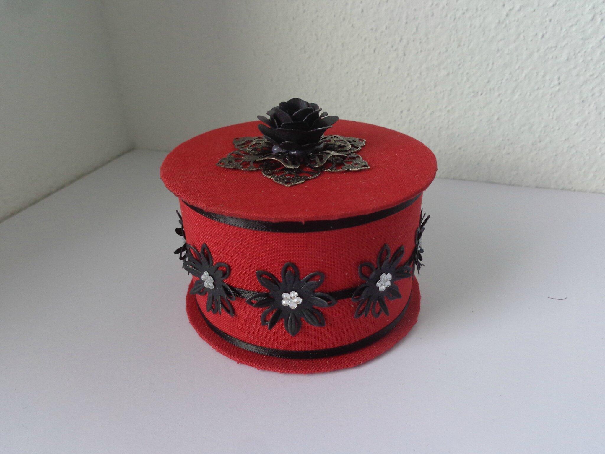 """Petite boite """"rouge et noire"""""""