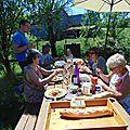 Repas de famille entre ombre et soleil