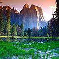 Montagnes-impressionnantes-de-Yosemite-au-dessus-d-un-marais-for