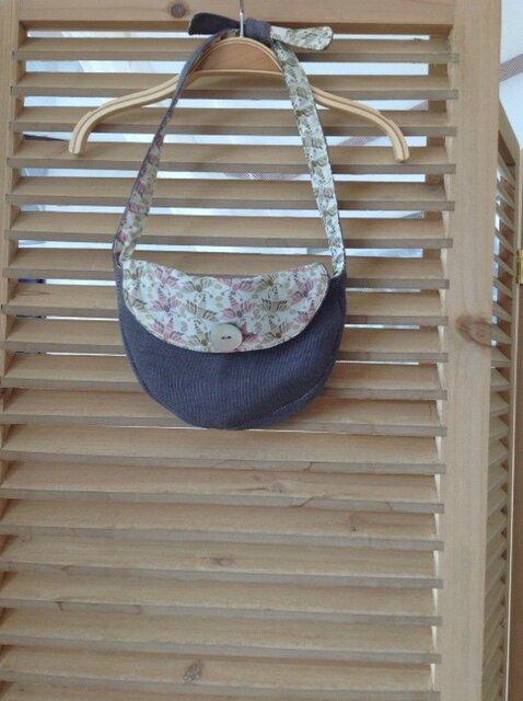 Petit sac pour toute petite fille, en lin et Liberty, noué sur l'épaule pour un meilleur réglage