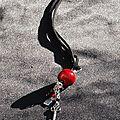 Sautoir blingbling perle rouge sur cordon daim proposition pour fabienne