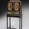 Cabinet en bois peint polychrome et doré avec imitations d'écaille et de marbre ouvrant à deux vantaux, flandres, xviie siècle