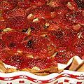 Tarte aux fraises cuites et à la rhubarbe