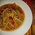 Soupe d'été de petits spaghetti et courgette longue