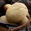 Petits pains de semoule fourrés à l'aubergine et à la tomate