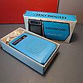 Une petite radio vintage de la marque Hensonic, made in Macau ! Toute bleue et dans son emballage d'origine !