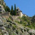 Eglise et fortifications au dessus du village
