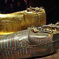26- les 2 premiers cercueils, l'un revetu d'or, l'autre de pierres semi-precieuses