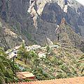 vue sur un petit village de montagne d'ou partent beaucoup de randonneurs.