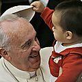 Le-pape-Francois-se-fait-derober-son-couvre-chef-par-un-petit-garcon