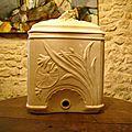 Fontaine lave mains en opaque de sarreguemines, période art nouveau