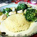 Poulet sauce bouillon au riz basmati & brocolis