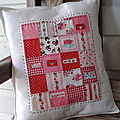 Coussin patchwork rouge et blanc.
