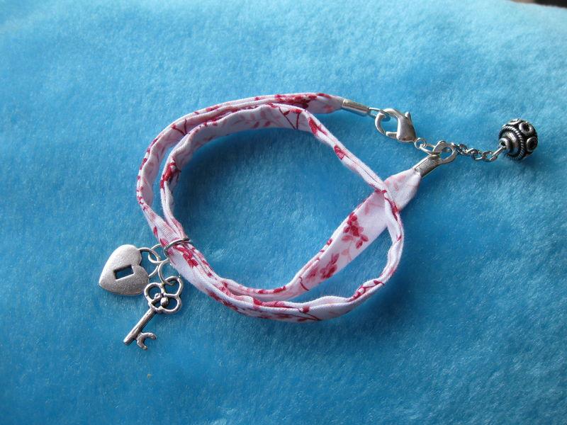Bracelet double tour de poignet avec breloques