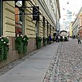 Helsinki. Charmante rue pavée débouchant sur la place du Sénat