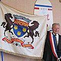 Le maire de houesville présente le blasons de houesville