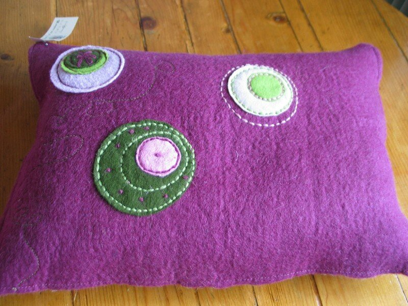 coussin laine feutrée violet