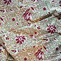 253 -tissu ancien coton motif fleuri tulipes fond vert tendre celadon et rouge