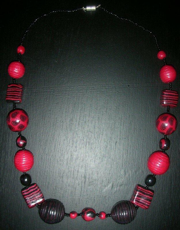 Collier en rouge et noir