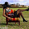 Look Sixties au rendez vous ... Une Robe tunique Bicolore <b>noire</b> et Blanche à motifs géométrique soulignée d'Orange !