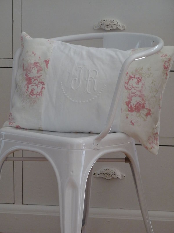 coussin vieux monogramme + tissu Cabbages and roses