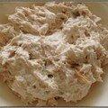 Sandwich aux rillettes de thon pour un déjeuner sur le pouce