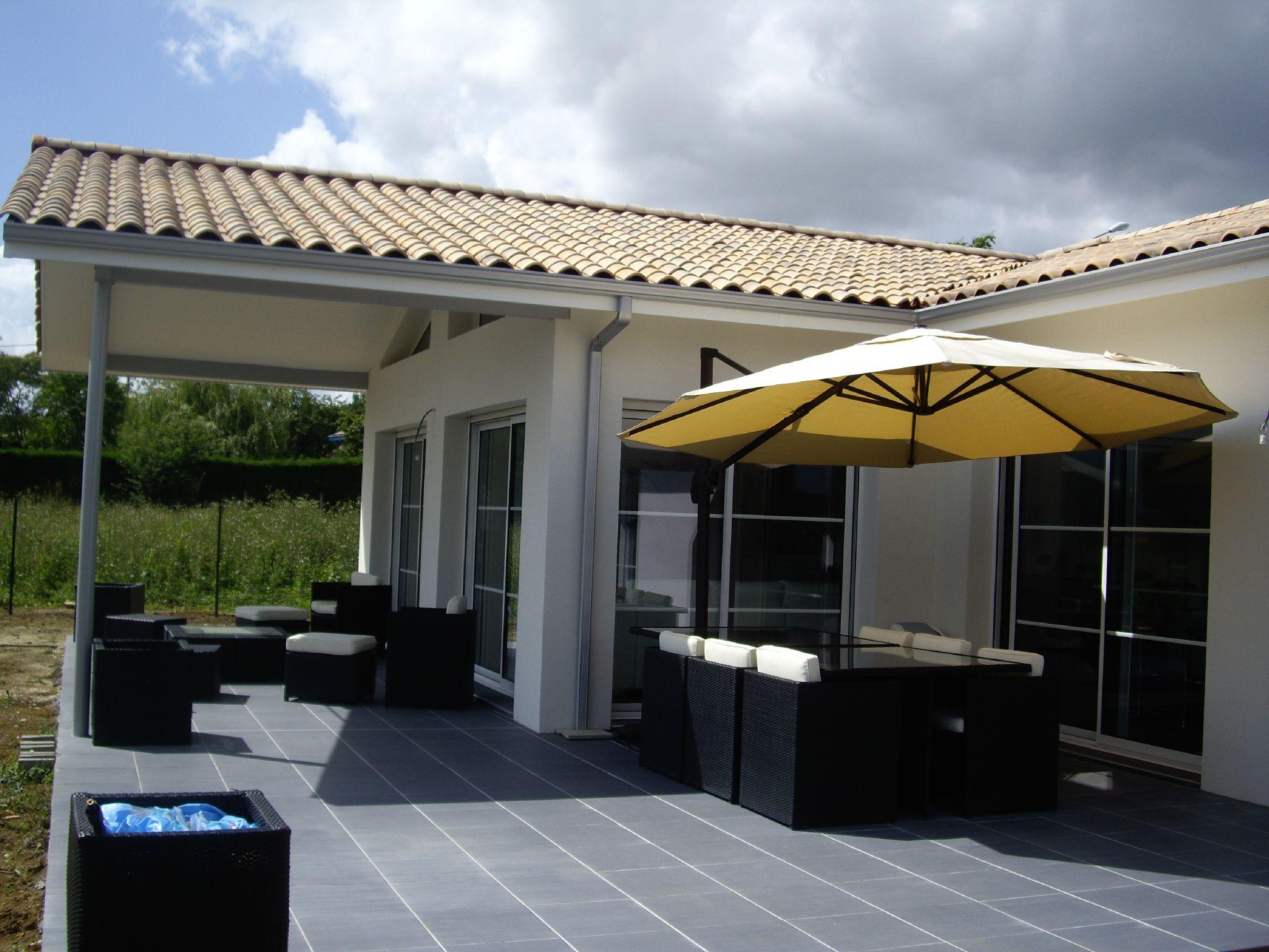 terrasse carrel e acces par baies vitr es la cuisine et au salon photo de maison neuve. Black Bedroom Furniture Sets. Home Design Ideas