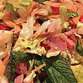 Crudités de salade romaine, choux chinois et leurs crevettes nordiques, bacon et jambon blanc.