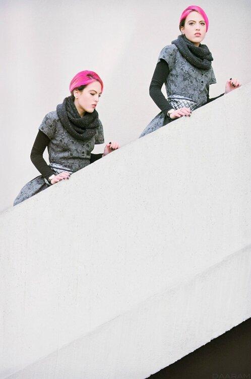 Twins-in-the-stairs_Daaram