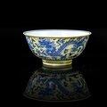 Bol en porcelaine bleu blanc à fond jaune, Chine, marque et époque Kangxi (1662-1722)