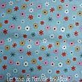 306 - Petites fleurs colorées sur fond bleu