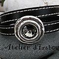 Un strass swarowski pour le fermoir de ce <b>bracelet</b>, en cuir cousu noir, double tour de poignet !