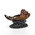 Rare et importante <b>verseuse</b> en corne de rhinocéros sculptée en forme de barque, Chine, dynastie Qing, XVIIe siècle