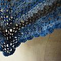 Châle bleu en dentelle de crochet