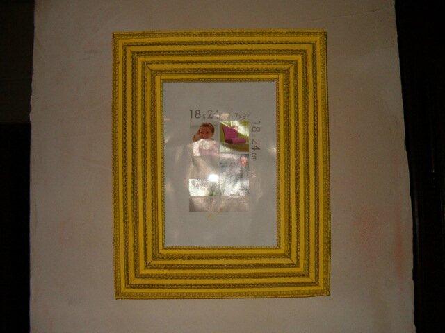 Cadre en dentelle de carton jaune