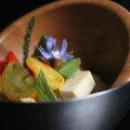 Salade de tomates cerises aux plantes sauvages.