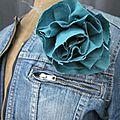 Broche fleur <b>EVELYNE</b> en lin bleu lagon