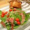Salade de pousses d'épinard au roquefort, jambon cru et tomates cerises