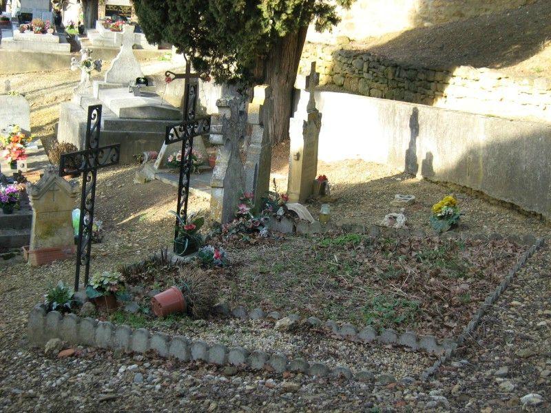 Cimetière de l'église de Vals en Ariege Pierres tombales, crucifix et tombes (9) 800x600