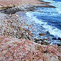 Ecume vague mer Méditerranée et galets rouges
